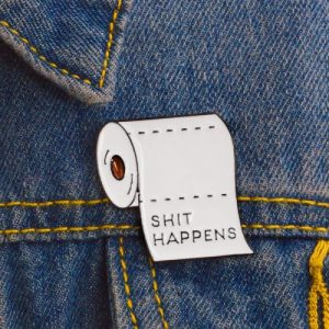 "Pin's Papier toilette ""Shit Happen"""