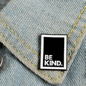 "Pin's rectangulaire noir et blanc ""Be Kind"""